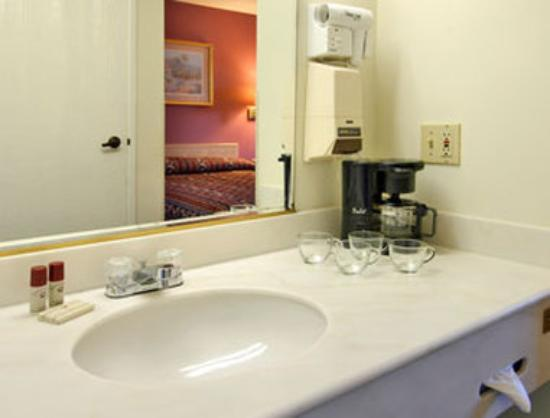 Howard Johnson Torrance: Bathroom