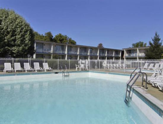 Howard Johnson Inn Harrisburg : Outdoor Pool