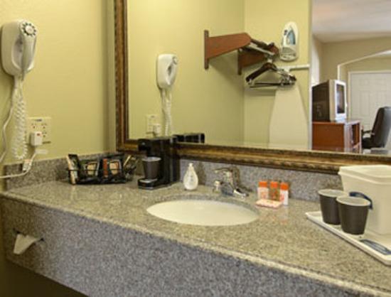 Howard Johnson Lafayette: Bathroom