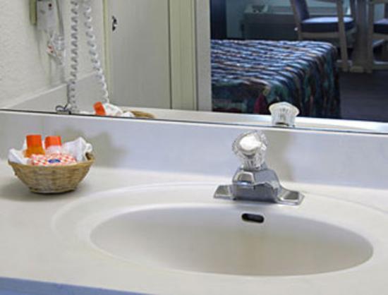 Howard Johnson Inn San Antonio/Near Six Flags Fiesta Texas: Bathroom