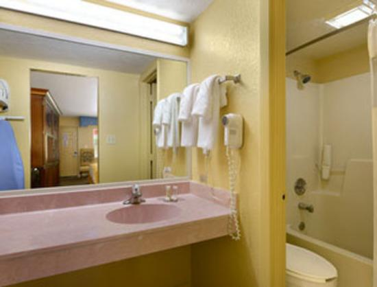 Howard Johnson Express Inn - Suites Lake Front Park Kissimme: Bathroom