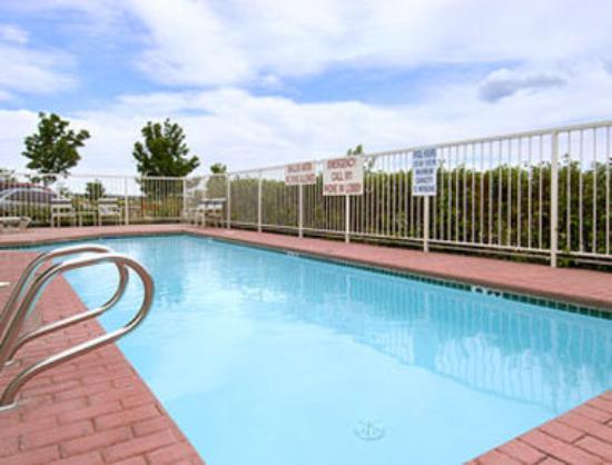 Howard Johnson Colorado Springs: Pool