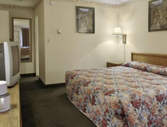 Howard Johnson Express Inn - Colorado Springs: Guest Room