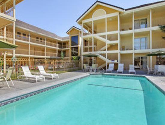 Days Inn and Suites Santa Cruz: Pool