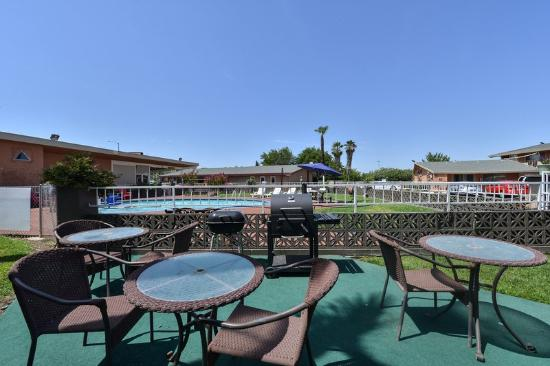 Americas Best Value Inn - Red Bluff: Picnic Tables