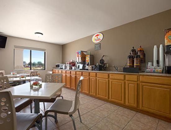 Super 8 Fremont NE: Breakfast Area