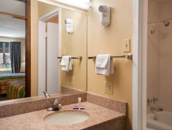 Knights Inn Aiken : Bathroom