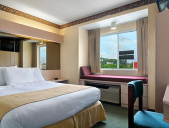 Microtel Inn & Suites by Wyndham Tifton: Standard One Queen Guest Room