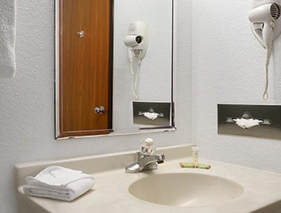 Super 8 Park City/North Wichita Area: Bathroom