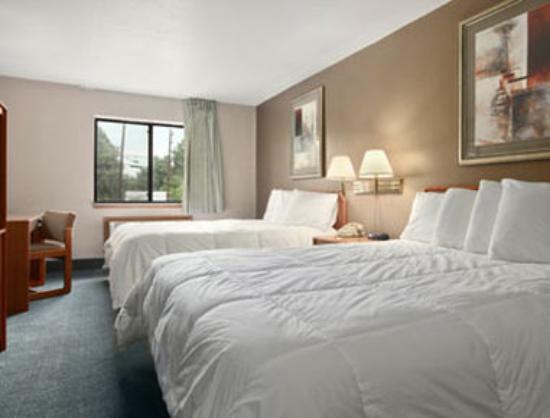 Super 8 Louisville Airport : Standard Two Queen Bed Room