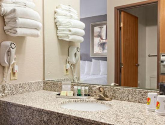 Super 8 Louisville Airport : Bathroom