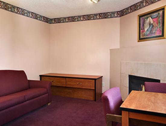 Super 8 Colorado Springs Airport : Suite
