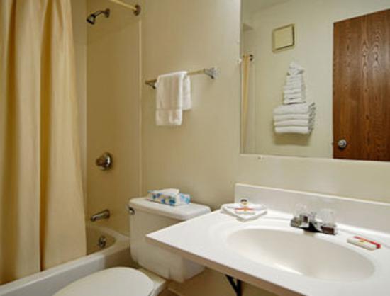 Super 8 Bridgeton/arpt/st Louis Area: Bathroom