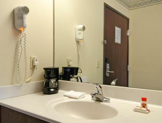 Super 8 Perry : Bathroom