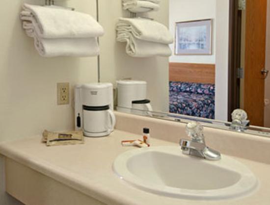 Super 8 Independence : Bathroom