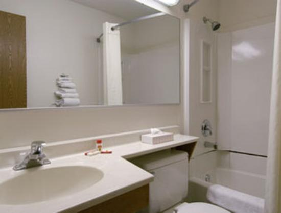 Super 8 Beckley: Bathroom