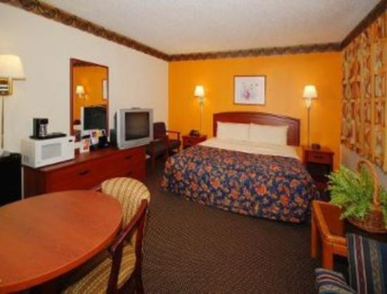 Super 8 Greensboro/Coliseum/Conv: 1 King Bedroom