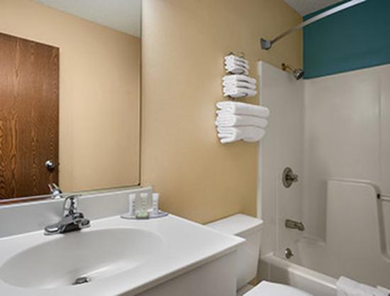 Super 8 Peoria East : Bathroom