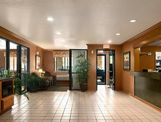 Super 8 Peoria East : Lobby