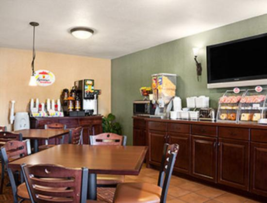 Super 8 Fairview Heights-ST. Louis: Breakfast Area