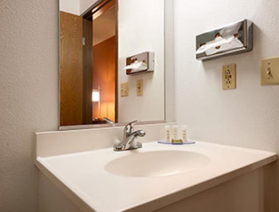 Super 8 by Wyndham Peoria: Bathroom