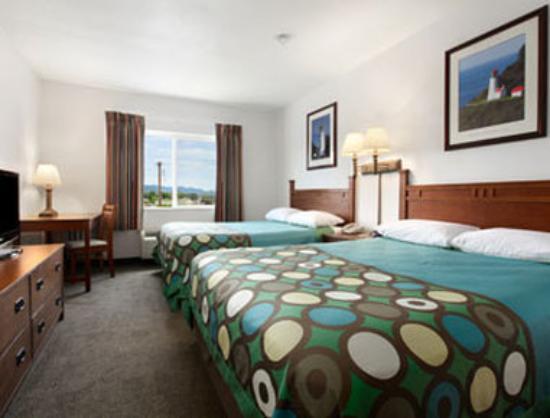Super 8 Central PT Medford: Standard Two Queen Bed Room.