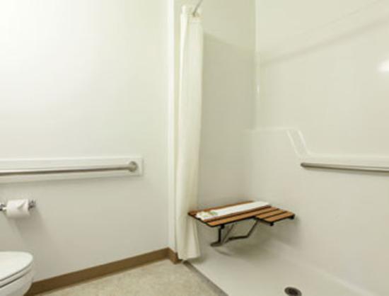 Super 8 Central PT Medford: Accessible Bathroom..