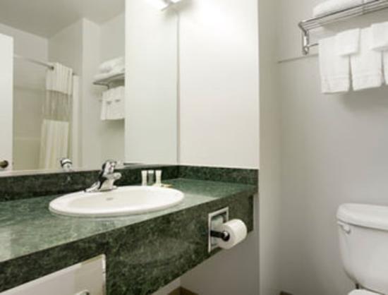 Super 8 Central PT Medford: Bathroom.