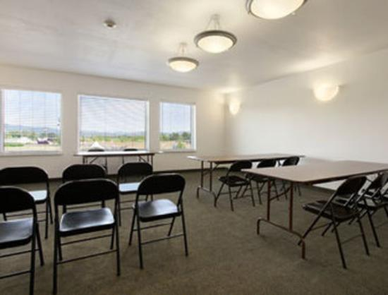 Super 8 Central PT Medford: Meeting Room.
