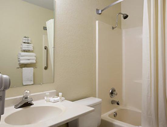 Super 8 Alexandria MN: Bathroom