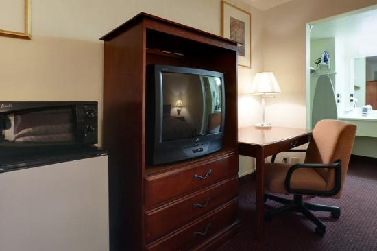 Americas Best Value Inn Oklahoma City/I-35 South: Tv Microwave