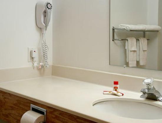 Super 8 Highland NY: Bathroom