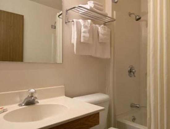 Super 8 Pendleton: Bathroom