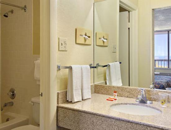 Super 8 Norfolk/Chesapeake Bay: Bathroom