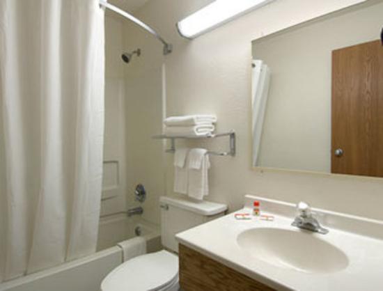 Super 8 Martinsburg: Bathroom