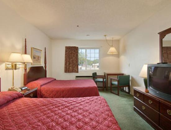 Super 8 Reedsburg: Standard Two Queen Bed Room