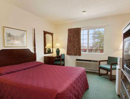 Super 8 Reedsburg: Standard Queen Bed Room