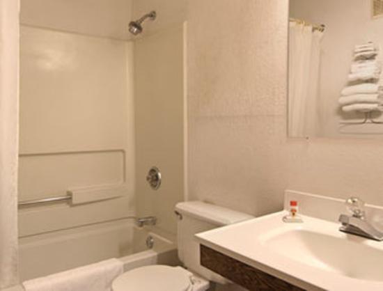 Super 8 Queensbury Glens Falls: Bathroom