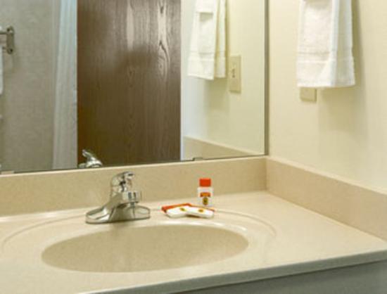 Super 8 Iola KS: Bathroom