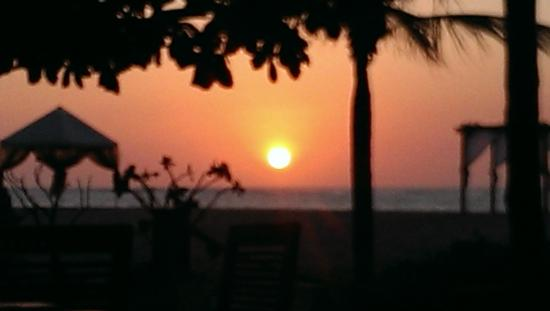 The Sandi Phala: Beautiful Sunset over the private beach