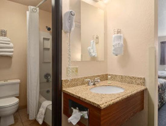 Super 8 Bozeman: Bathroom