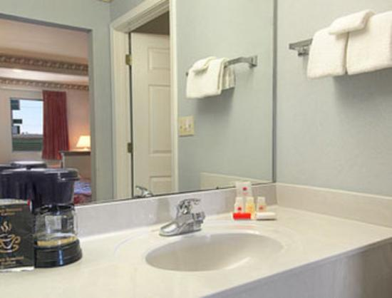 Ramada Limited Biloxi/Ocean Springs : Bathroom