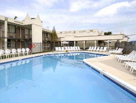 Days Inn Camp Springs Andrews AFB: Pool
