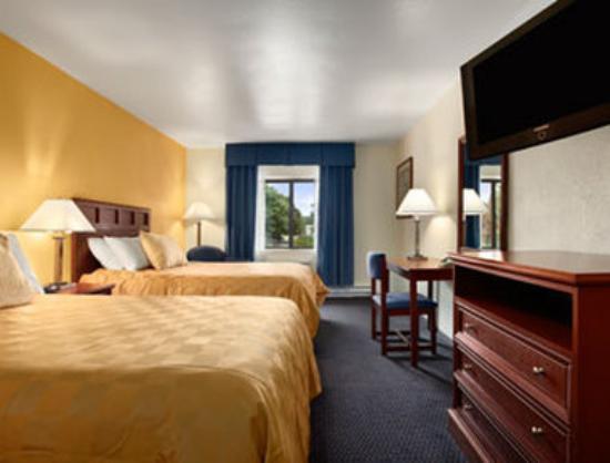 Baymont Inn & Suites Waukesha: Standard Two Double Bed Room.
