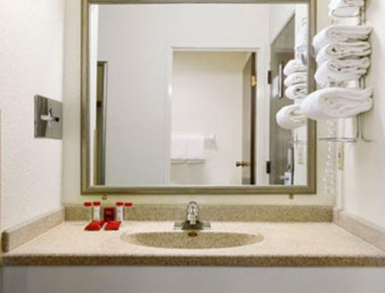 Baymont Inn & Suites Waukesha: Bathroom.