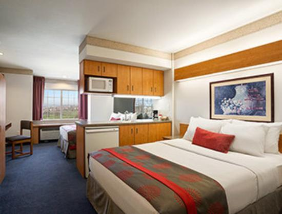 Ramada Limited Bloomington: Two Queen Bed Suite