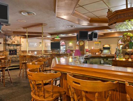 Ramada Plaza Sault Ste. Marie Ojibway: Enjoy the evening in our Pub and Grille where you will find an array of games - pool, darts, foo