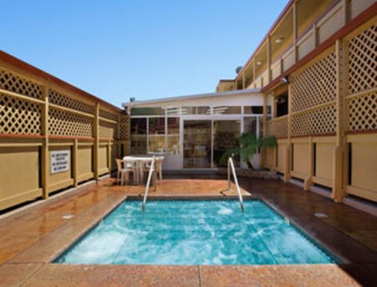 Howard Johnson Santa Cruz Beach Boardwalk: Hot Tub