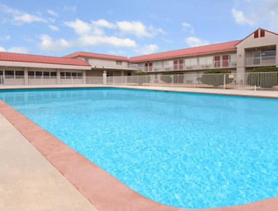 Ramada Clinton: Pool