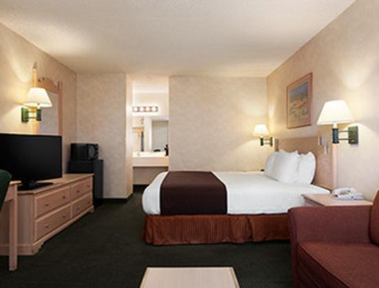 Ramada Glendale: Standard King Bed Room